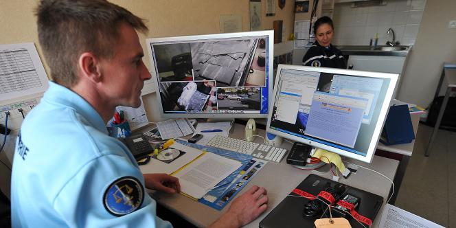 Un gendarme du groupe de lutte contre la cybercriminalité de Lille.