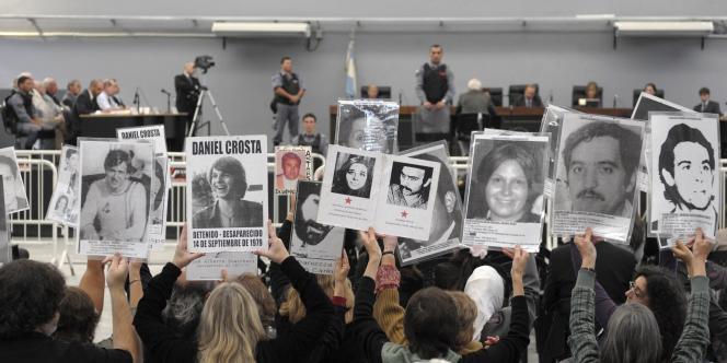 Des Argentins brandissaient des portraits de leurs proches morts ou disparus sous la dictature, lors du procès de l'ancien chef de l'armée, Reynaldo Bignone, en avril.