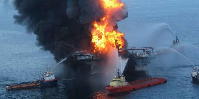 Peu après l'explosion de la plate-forme, les gardes-côtes ont estimé qu'environ 1 000 barils de pétrole se déversaient chaque jour dans l'océan. Les auteurs du rapport, citant des entretiens avec des responsables gouvernementaux, en sont venus à la conclusion que les gardes-côtes ne faisaient que relayer les chiffres fournis par BP.