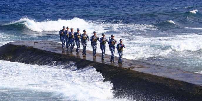 Des soldats de la marine chinoise patrouillent sur le récif Yongshu, de l'archipel Nansha, en mer de Chine méridionale.