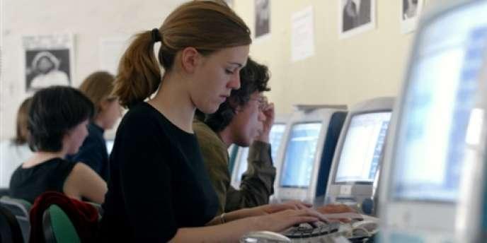 Dans la salle interactive de pédagogie en environnement collaboratif, le contenu des ordinateurs des étudiants peut à tout moment être projeté sur l'un des cinq écrans accrochés sur les murs.