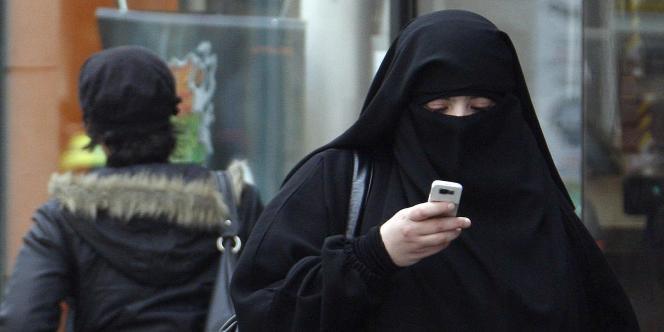 Une femme intégralement voilée dans une rue de Saint-Denis, le 2 avril 2010.