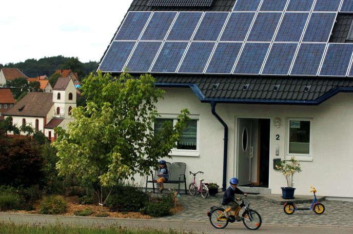 Une habitation équipée de panneaux solaires dans le village de Freiamt, près de Fribourg.