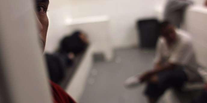 Sur la réforme du régime de rétention des sans-papiers en instance d'expulsion, le texte a finalement retenu la version de l'Assemblée et du gouvernement: l'intervention du juge des libertés et de la détention sera dorénavant repoussée à cinq jours (au lieu de deux actuellement).