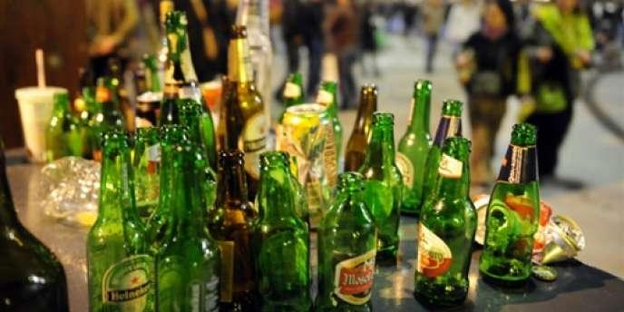 Grièvement blessé après être tombé d'un immeuble au cours d'une soirée, un étudiant de l'Edhec raconte avoir été contraint de boire, les poignets attachés à une bouteille, et de s'agenouiller le pantalon baissé.