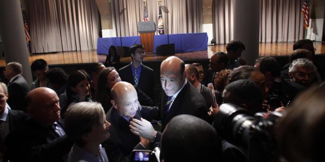 Lloyd Blankfein, PDG de Goldman Sachs (au centre, à gauche), et Gary Cohn, directeur général des opérations, (au centre, à droite), interrogés par les médias américains, à New York, le 22 avril 2010.
