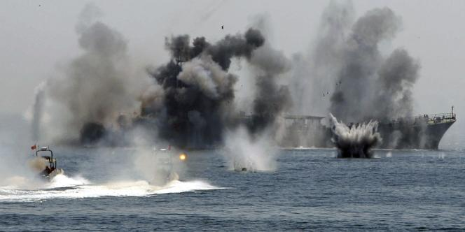Une image diffusée par l'agence iranienne semi-officielle Fars montre un exercice militaire des Gardiens de la révolution dans le golfe Persique et le détroit d'Ormuz, le 22 avril 2010.