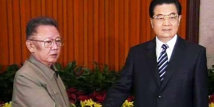 Le leader nord-coréen Kim Jong-il (à gauche) avec le président chinois Hu Jintao à Pékin, le 7 mai 2010.
