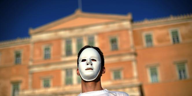 Des manifestants protestent, dimanche 9 mai, devant le Parlement grec contre le plan d'austérité décidé par le gouvernement grec pour enrayer sa dette et répondre aux exigences de l'Union européenne et du FMI.