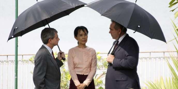 Le 10 mai, l'opposante birmane Aung San Suu Kyi avait rencontré Kurt Campbell (droite), adjoint du Pentagone pour l'Asie de l'Est et le Pacifique.
