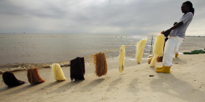 Des nettoyeurs de plages installent des filets absorbants à Dauphin Island, le 8 mai 2010.