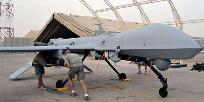 Un missile est chargé sur un drone américain Predator.