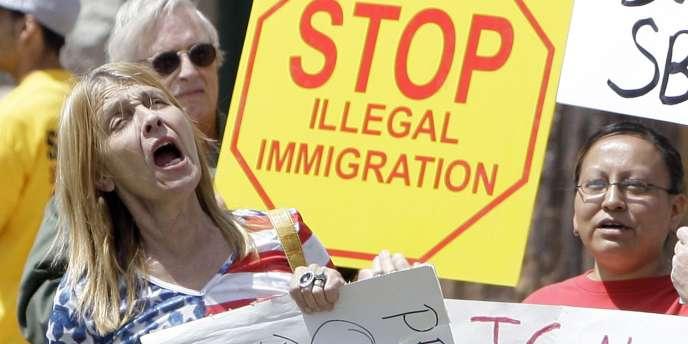 Des manifestants anti-immigration rassemblés devant le siège du gouvernement de l'Etat d'Arizona à Phoenix, en avril 2010.
