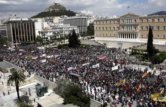 Environ 20 000 manifestants se sont réunis dans le calme près du parlement grec, à Athènes, pour protester contre les mesures d'austérité décidées par le gouvernement pour résorber la crise financière.