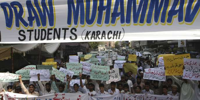 Manifestation d'étudiants à Karachi protestant contre le concours de dessins du prophète Mahomet initié par un internaute sur Facebook.