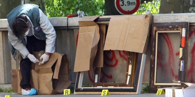 Les policiers recherchent des indices sur les cadres des tableaux dont les toiles ont été découpées.