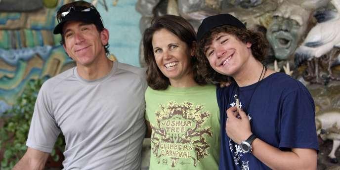 Jordan, le plus jeune alpiniste à avoir vaincu l'Everest, pose avec ses parents avant son départ de Katmandou.
