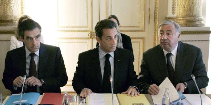 Le président Sarkozy, entouré du premier ministre François Fillon (à g.) et de Gérard Larcher, président du Sénat, jeudi 20 mai à l'Elysée.