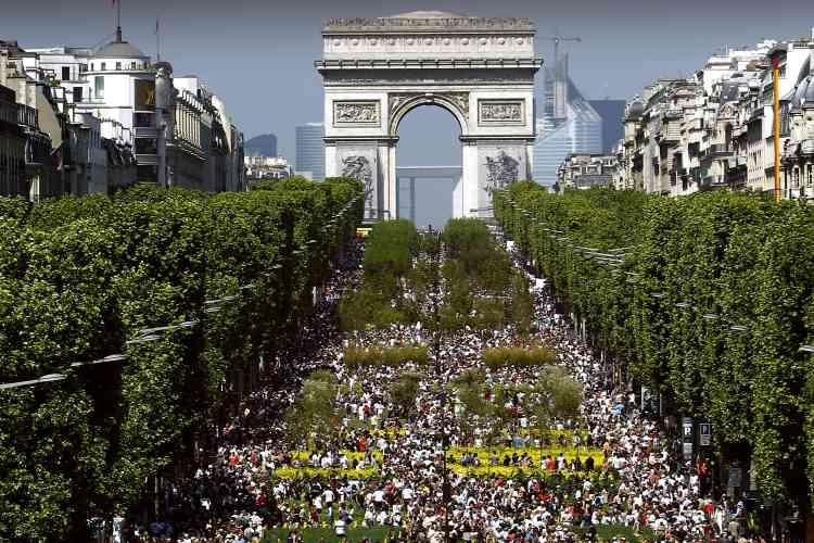 Nicolas Sarkozy et son épouse Carla Bruni-Sarkozy ont pris un bain de foule lundi sur l'avenue des Champs-Elysées transformée l'espace d'un week-end en mini-salon de l'Agriculture avec enclos à bétail et parcelles végétales.
