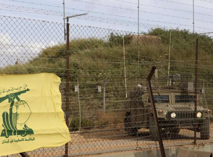 Une patrouille israélienne à la frontière libanaise, où un drapeau du Hezbollah.