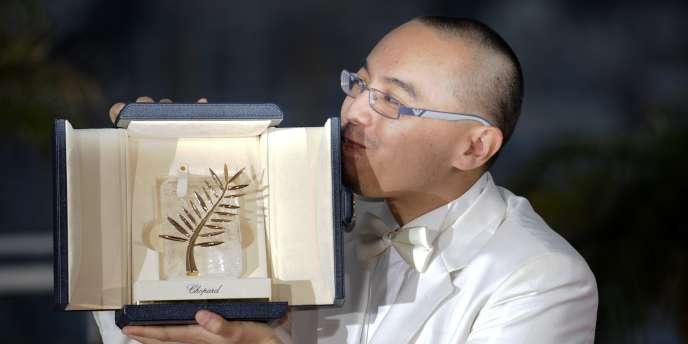 Le réalisateur thaïlandais Apichatpong Weerasethakul et sa Palme d'or au 63e Festival de Cannes, le 23 mai 2010.
