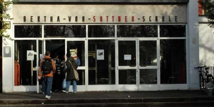 Des élèves devant un collège allemand, à Berlin.