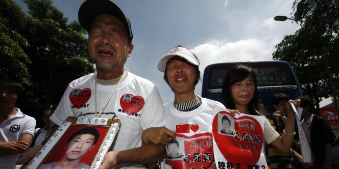 Ma Xiangqian, dont les parents brandissent le portrait lors d'une manifestation le 26 mai à Longhua, s'est jeté dans le vide en janvier 2009.