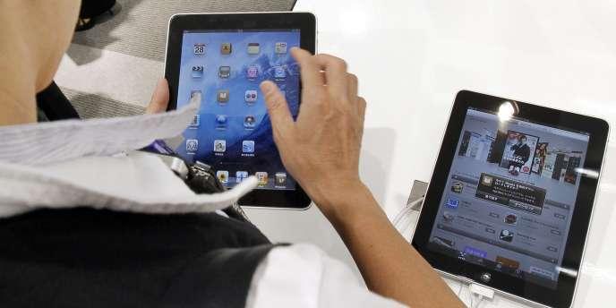 Au Japon, plus d'un millier de fanatiques se sont massés devant les boutiques Apple et de son partenaire local exclusif, l'opérateur de téléphonie mobile Softbank.