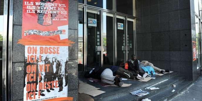Des salariés sans papiers occupent les marches de l'opéra Bastille pour demander leur régularisation, le 28 mai.