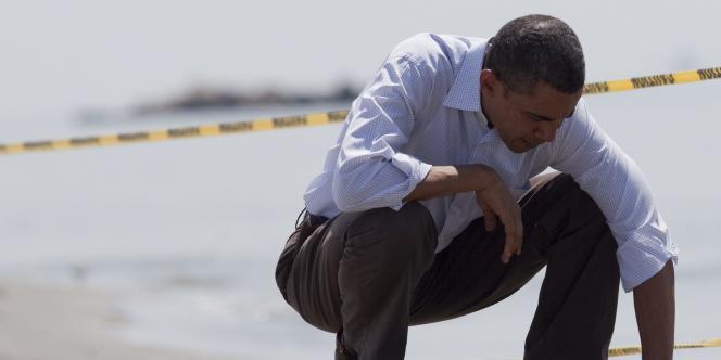 Barack Obama examine les boulettes de pétrole sur une plage à Port-Fourchon, en Louisiane, vendredi 28 mai.