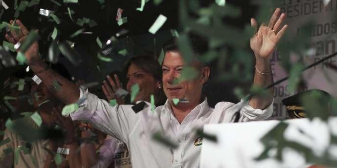 Juan Manuel Santos salue ses partisans après l'annonce de sa victoire au premier tour de la présidentielle colombienne, le 30 mai.