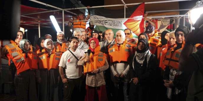 Des activistes pro-palestiniens sur l'un des navires avant l'attaque des commandos israéliens.