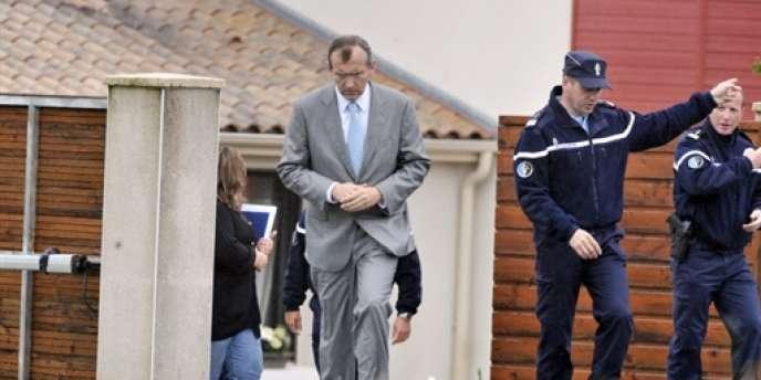 Le procureur de la République de La Roche-sur-Yon, Xavier Pavageau, a indiqué que le père de la famille massacrée aurait récemment été soumis à un