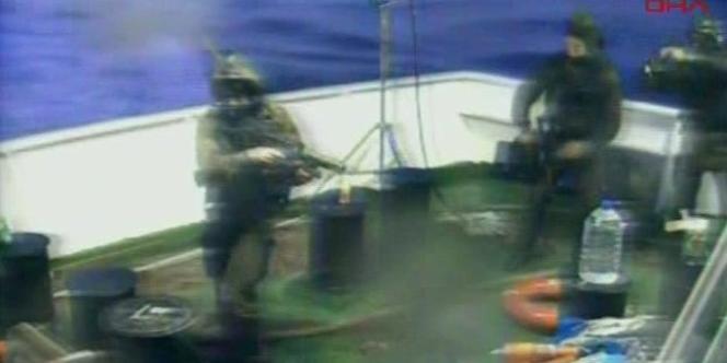 Une image diffusée par une chaîne télévisée turque montre les troupes israéliennes montant à bord du