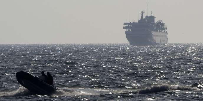 Une embarcation israélienne escorte un navire turc vers le port d'Ashdod, le 31 mai 2010.