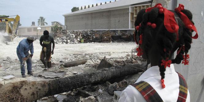 Une écolière regarde son école en ruine, le 6 avril 2010 à Port-au-Prince.