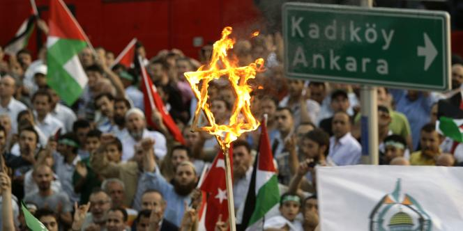Près de 10 000 personnes ont manifesté lundi à Istanbul au cri de