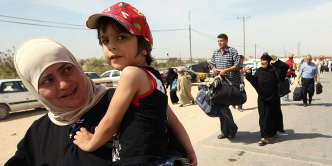 Les familles palestiniennes affluent au point de passage de Rafah, le 1er juin.
