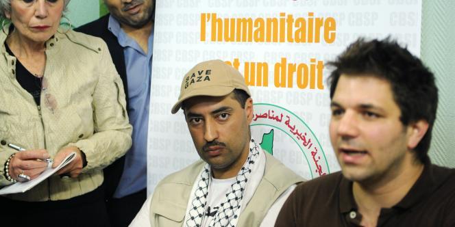 Le Français Youssef Benderbal (à gauche) après son retour à Paris, le 1er juin.