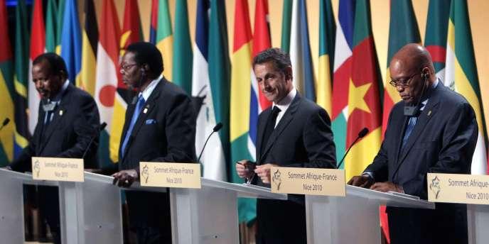 De gauche à droite : Paul Biya, président du Cameroun, Bingu wa Mutharika, président du Malawi, Nicolas Sarkozy et Jacub Zuma, président de l'Afrique du Sud.