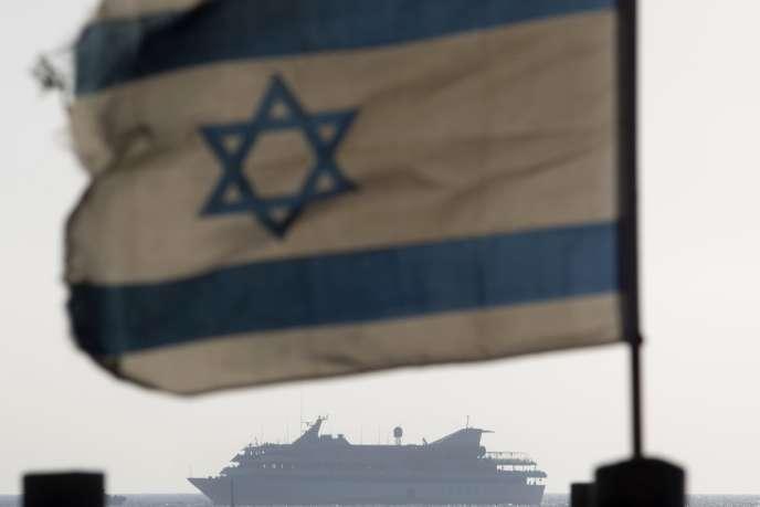 Le cargo «Mavi-Marmara» est conduit dans le port israélien d'Ashdod, le31mai, après l'assaut mené par Tsahal à bord.