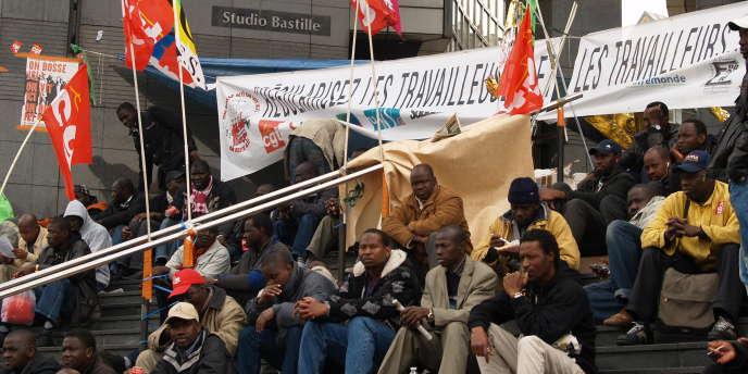 Des sans-papiers occupent la place de la Bastille, au printemps 2010.