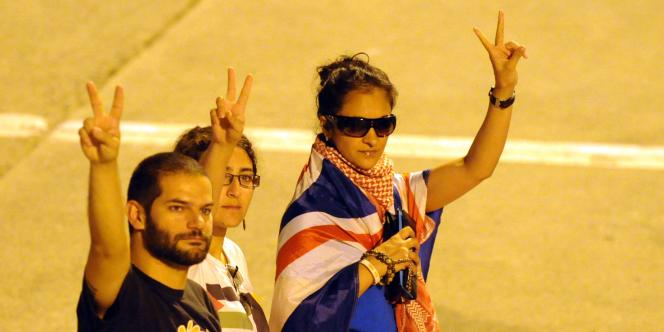 La militante belge Kenza Isnani (au centre) à son arrivée à l'aéroport d'Istanbul avec deux militants britanniques, le 3 juin 2010.