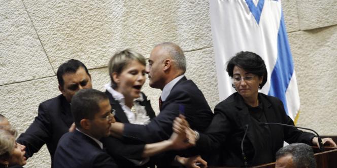 La députée du  Balad (à droite) avait été interrompue par ses collègues alors qu'elle s'adressait à la Knesset en juin 2010, à Jérusalem.