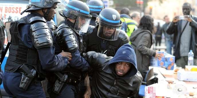 Évacuation d'un sans-papiers, place de la Bastille, jeudi 3 juin, vers 7h30.