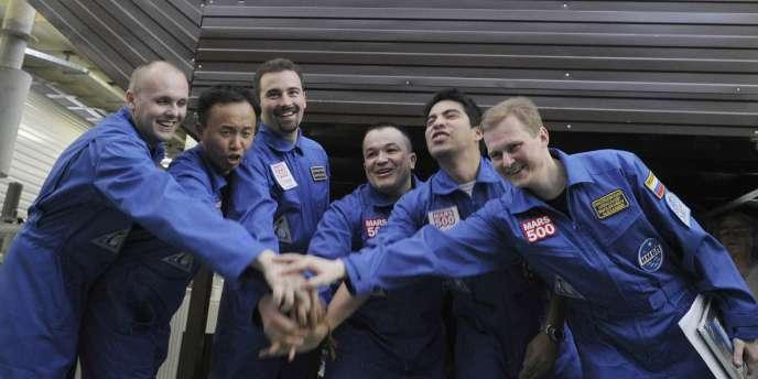 Les six volontaires posent avant d'entrer dans le module dont ils ne sortiront que dans un an et demi.