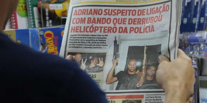 Une arme à la main, Adriano fait la une de la presse brésilienne.