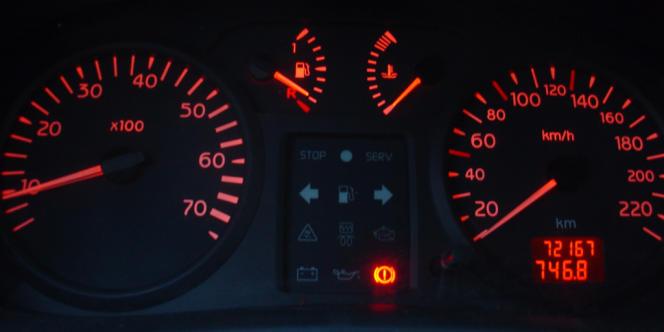 Le tableau de bord d'une Clio essence, véhicule qui a servi de référence pour les estimations de l'Automobile club.