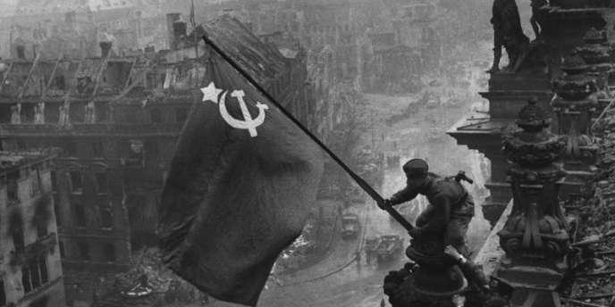 Berlin, le 2 mai 1945, le drapeau soviétique flotte sur le Reichstag