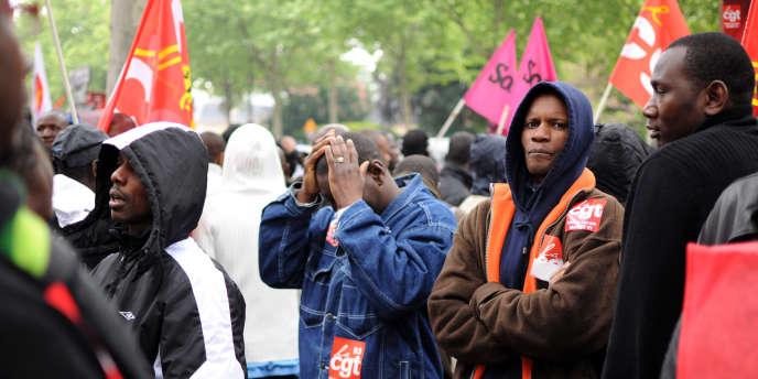 Rassemblement de travailleurs sans papiers en grève devant le ministère de l'immigration, le 14 mai dernier.